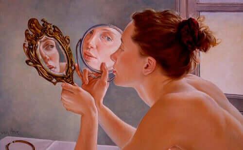 Aynaya bakan bir kadın çizimi.