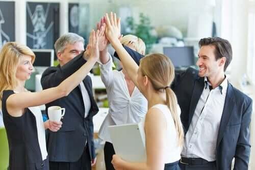 Bir başarıyı kutlayan ofis çalışanları.