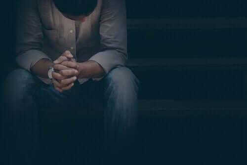 Karanlıkta oturan bir adam.
