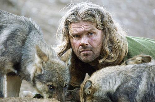 Shaun Ellis'in yanında kurtla ile çekilmiş bir fotoğrafı.