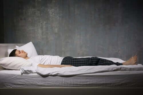 Uyku felci yaşayan bir adam.