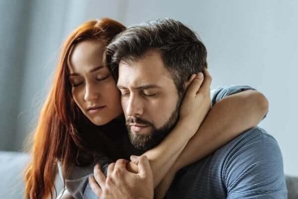 üzgün çift birbirine sarılıyor ve bilişsel çelişki