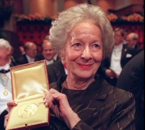 Wisława Szymborska'nın bir ödül alırken bir fotoğrafı.