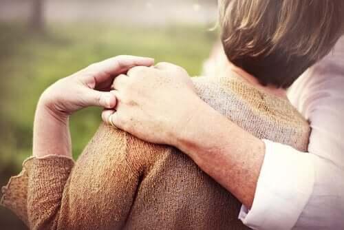 Birbirine sarılmış yaşlı bir çift.