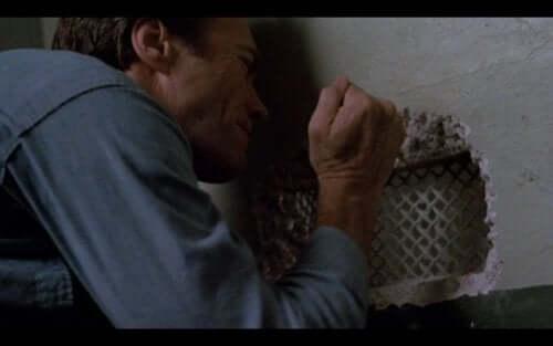 Clint Eastwood hapishane duvarını kazma sahnesi.