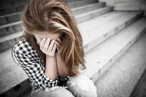 merdivenlerde oturmuş ağlayan kadın