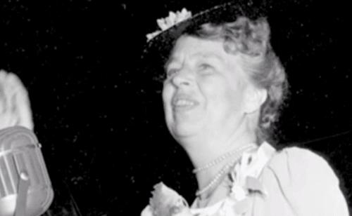 Bir etkinlikte konuşan Eleanor Roosevelt.