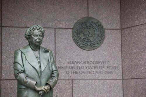Bir Eleanor Roosevelt heykeli.