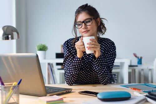 Gözlüklü kadın bilgisayar başında çalışıyor