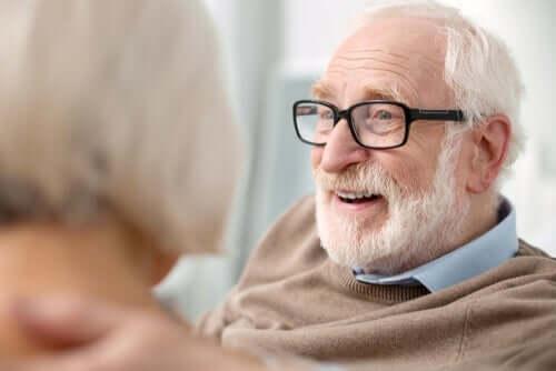 gözlüklü adam ve bilişsel stimülasyon
