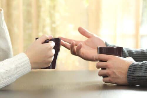 Konuşan insanların elleri
