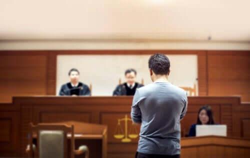 Mahkemede yargılanmakta olan bir adam.