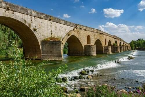 Bir köprünün altından geçen bir nehir.