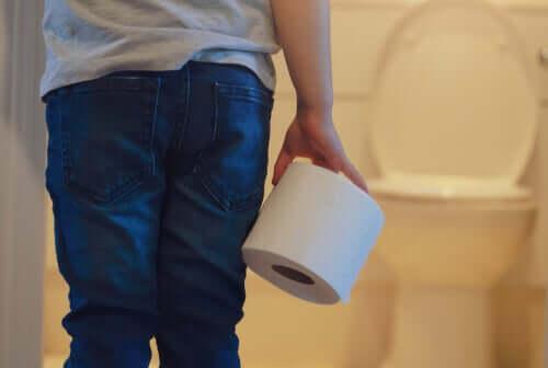 Tuvalet kağıdı tutan çocuk