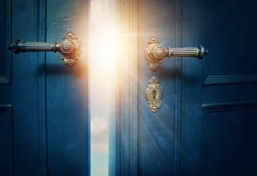 ışığa açılan mavi kapı
