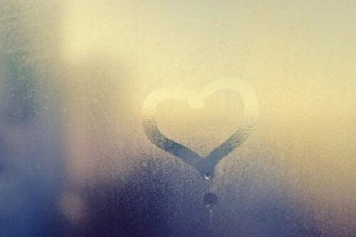 Camdaki buğuya çizilmiş bir kalp.