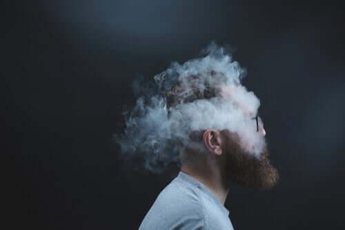 Kafasının etrafı dumanlarla kaplanmış bir adam.