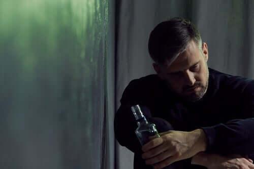 Alkol alan üzgün adam.