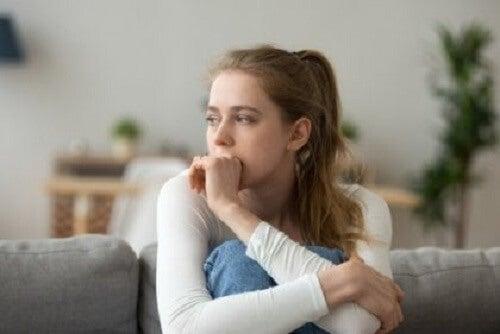 Koltukta oturan, endişeli görünen bir kadın.