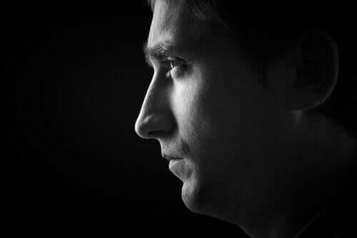 ifadesiz bakan erkek profili