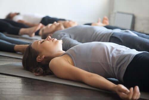 Gevşeme egzersizleri yapan insanlar.