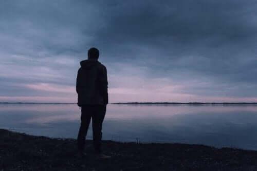 Bir gölün önünde duran bir adam.