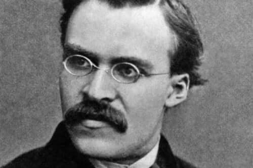 Friedrich Nietzsche'nin siyah beyaz bir fotoğrafı.