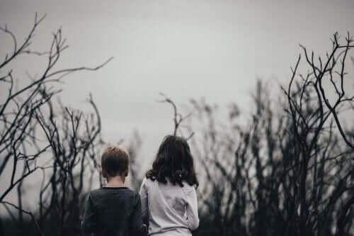 doğada yürüyen oğlan ve kız çocukları
