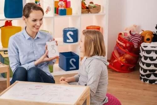 öğrencisiyle ilgilenen öğretmen
