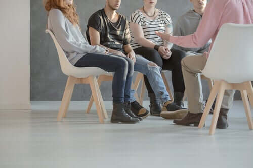 terapi grubunda konuşan insanlar