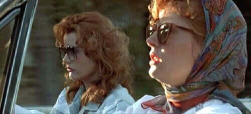 Thelma ve Louise araba kullanıyor