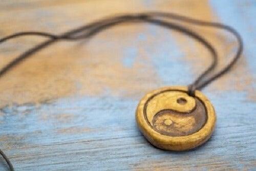 Üzerinde yin ve yang sembolü olan bir kolye.