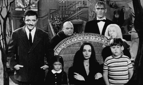 siyah beyaz Addams ailesi tablosu
