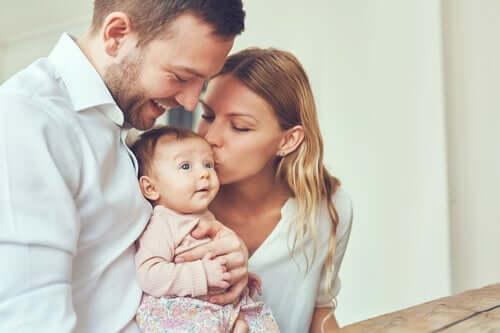 Bebeklerine bakarak gülen bir çift.