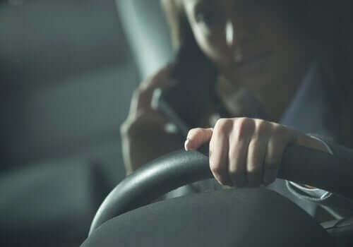 Araba kullanan bir kadın