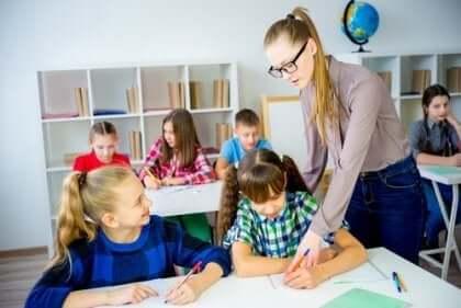 sınıfta öğretmen ve öğrenciler