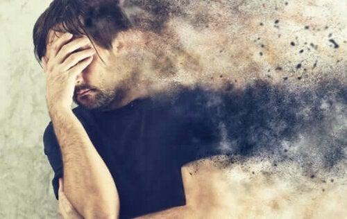 aşık olma korkusu: psikolojik olarak dağılmış bir adam