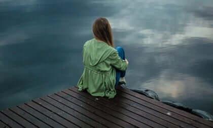 Deniz kenarında oturan kız