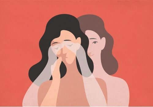 Elleri yüzünde ağlayan, bir yandan da kendini teselli etmeye çalışan bir kadın.