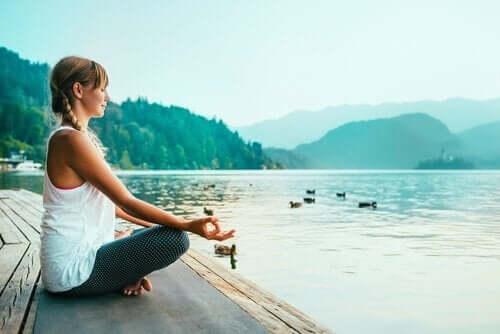 Farkındalık temelli meditasyon yapan bir kadın.