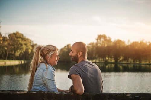 Bir gölün önünde konuşan bir adam ve bir kadın.