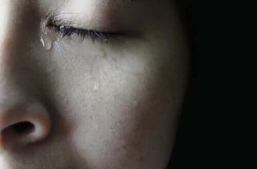 Gözleri kapalı kadın ağlıyor