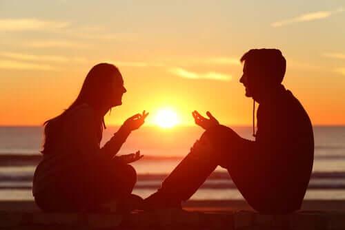 Gün batımında sohbet eden arkadaşlar