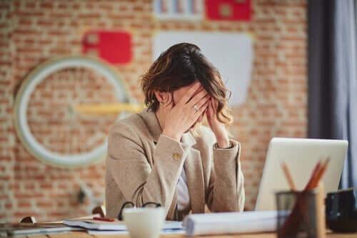 İş yerinde ebeveyn stresi yaşayan bir anne.
