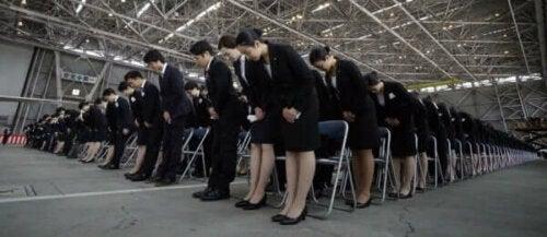 selam veren Japon çalışanlar