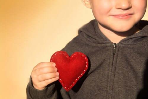 kalp tutan çocuk ve minnetarlık