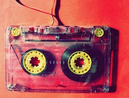 kasetten şarkı dinlemek
