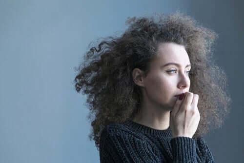 kıvırcık saçlı üzgün kadın