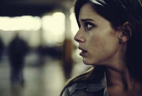korkuyla arkasına bakan kadın