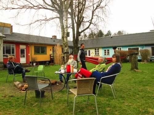 ortak yaşam alanı bahçeden sosyalleşen komşular